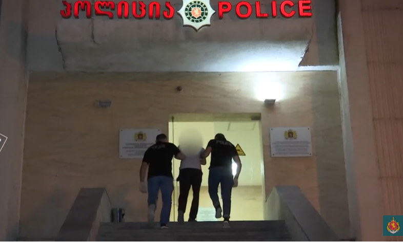 პოლიციელის განზრახ მკვლელობის მცდელობის ბრალდებით ერთი პირი დააკავეს